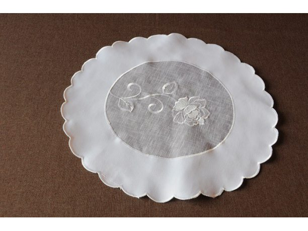 Serwetka  z różą śr 40  biała  (822)