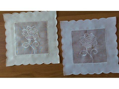 Serwetka  z różą 25x25  kremowa (822)