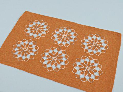 Serwetka haftowana 25 x 40 cm  - int 14604  - Kwiat Pomarańczowy