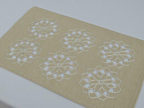 Serwetka haftowana 25 x 40 cm  - int 14604  - Kwiat Jasno beżowy