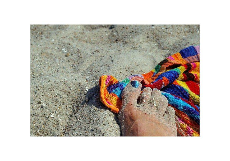 Jak pozbyć się piasku z ręcznika plażowego?
