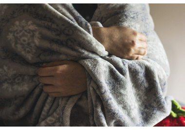 Jak prać koc, by przywrócić jego puszystość? ABC pielęgnacji koców